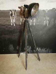 Emaille lamp op driepoot/ tripod/ statief